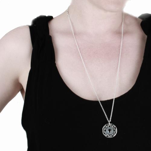Sort kjole og sølv smykker