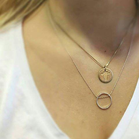 Smykker i gull som settes sammen gir et personlig uttrykk.