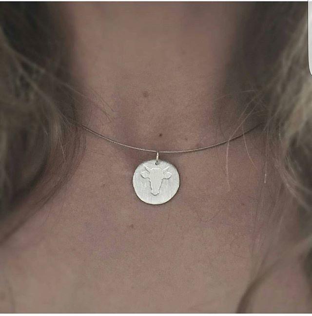 Sett sølvsmykket på en vaier for en minimalistisk stil.