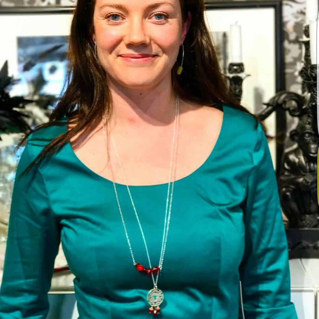 smykker og grønn kjole